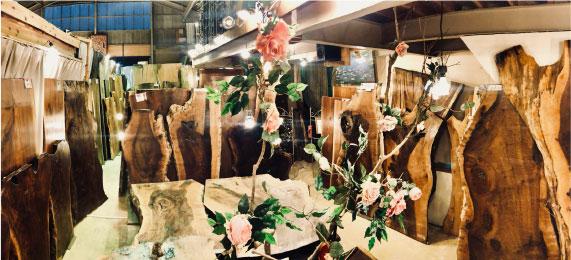 アフリカンローズ店内 クラロウォールナット・バストゥーンウォールナットなどの一枚板豊富な商品